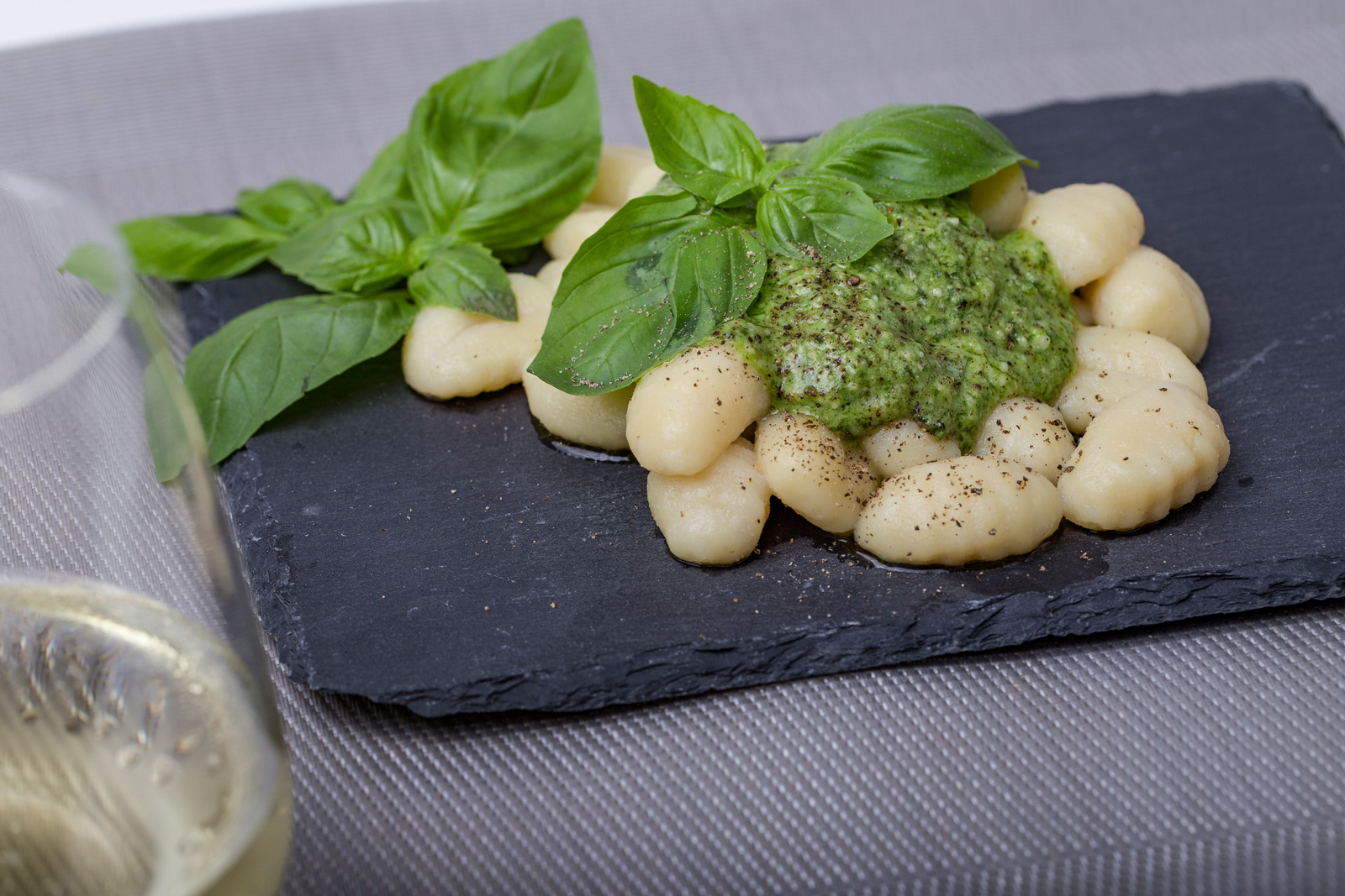 rezept gnocchi mit basilikum knoblauch pesto. Black Bedroom Furniture Sets. Home Design Ideas