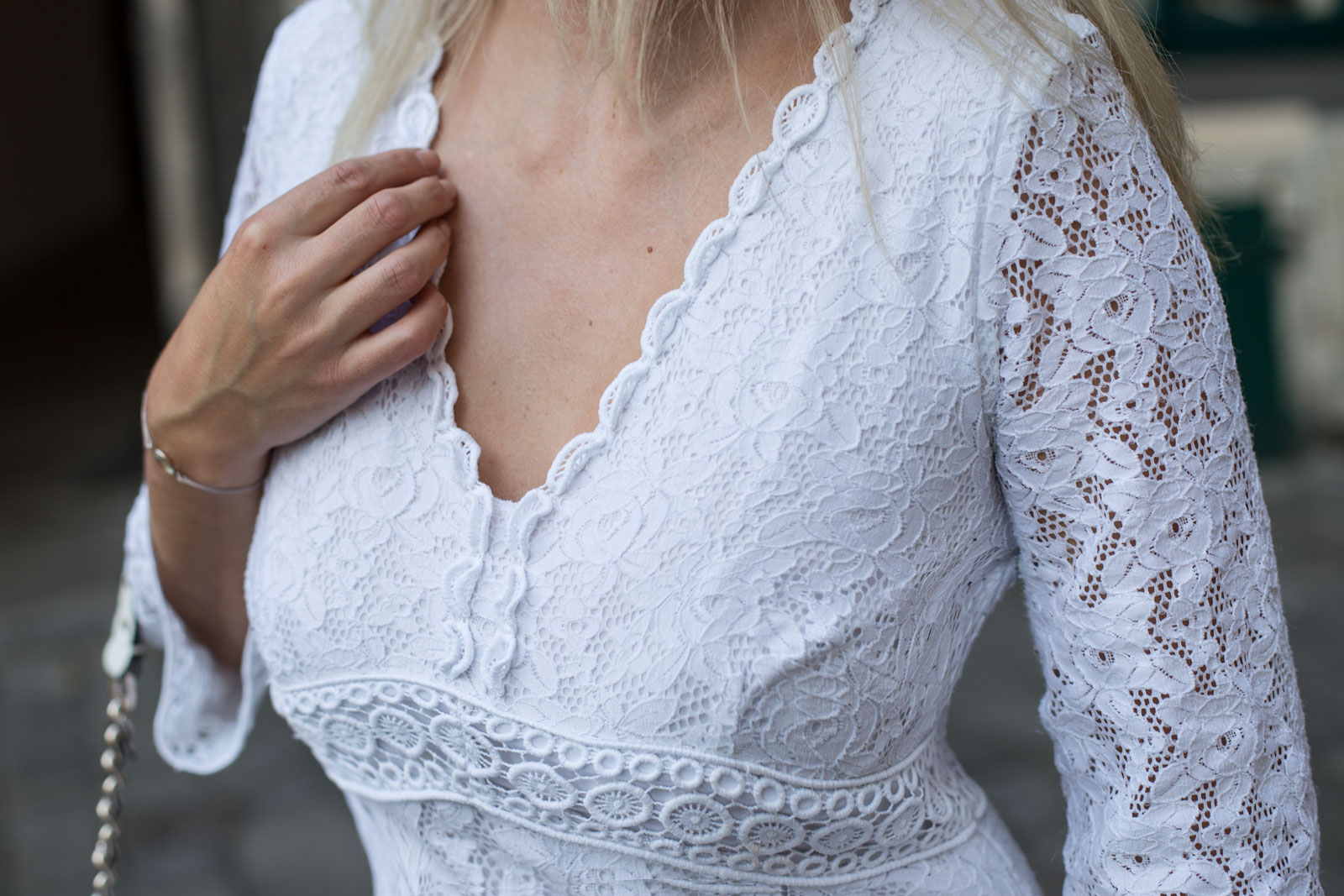 how-to-wear.lace-Foto_by_Nadja_Nemetz_Wien_Outfit_Fashion_Mode_Modeblogger_Blogger_qweiß_weiss_Spitzenkleid_Lace_dress_lacedress_how_to_wear_styleguide_guess_bag_tasche_highheels_high_heels_nude_buffalo_8