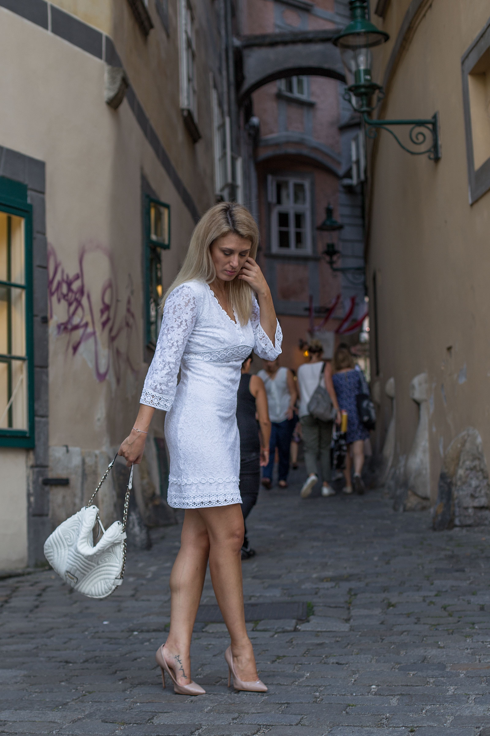 how-to-wear.lace-Foto_by_Nadja_Nemetz_Wien_Outfit_Fashion_Mode_Modeblogger_Blogger_qweiß_weiss_Spitzenkleid_Lace_dress_lacedress_how_to_wear_styleguide_guess_bag_tasche_highheels_high_heels_nude_buffalo_4
