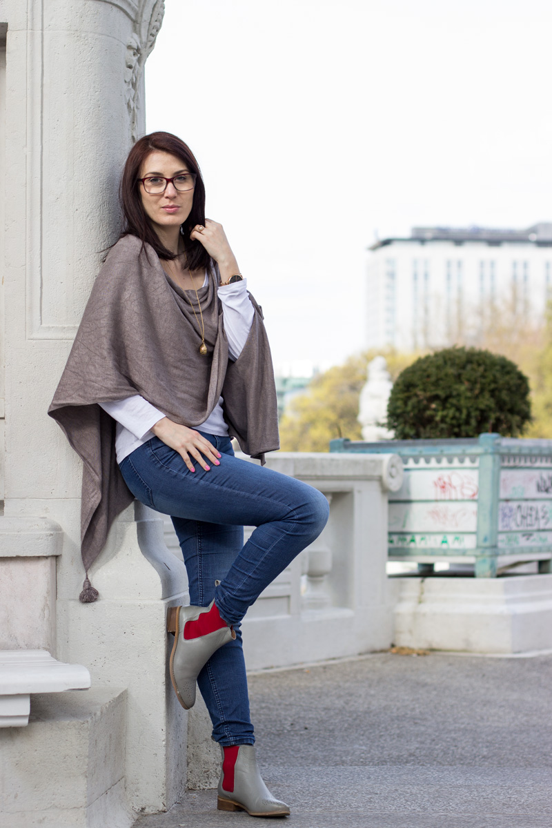 outfit-fashion-mode-taupe-greige-cape-comma-jeans-chelsea-boots-grau-rot-wien-komono-myns-2