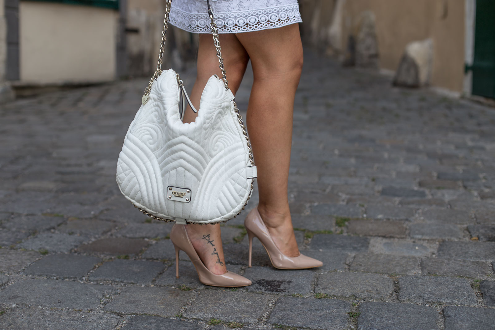 how-to-wear.lace-Foto_by_Nadja_Nemetz_Wien_Outfit_Fashion_Mode_Modeblogger_Blogger_qweiß_weiss_Spitzenkleid_Lace_dress_lacedress_how_to_wear_styleguide_guess_bag_tasche_highheels_high_heels_nude_buffalo_2
