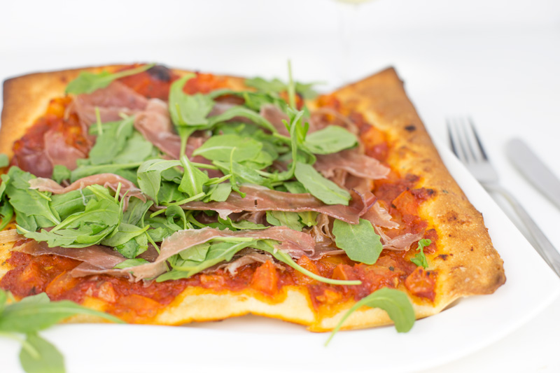 pizza_prosciutta_mozzarella_ruccola_kochabo.at