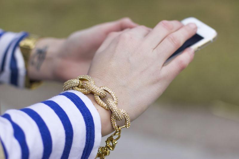 bracelet-armband-glitzer-jcrew-gold-trenchcoat-hands